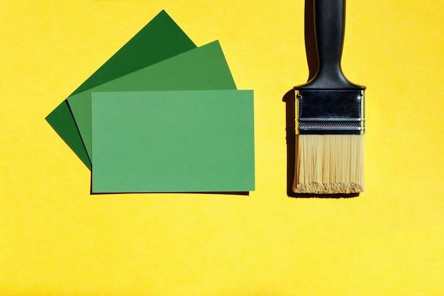 Nieuwe borstel en verf kleur keuze sjabloon op gele achtergrond met kopie ruimte. Premium Foto