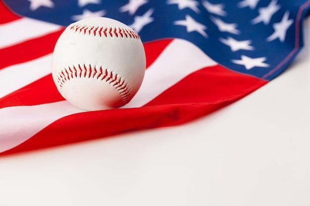 Nieuwe honkbalbal op amerikaanse vlag Premium Foto