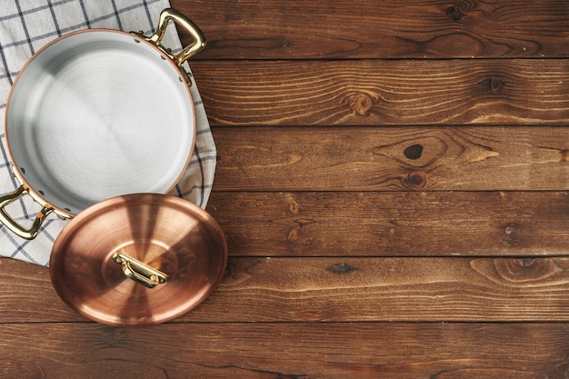 Nieuwe koper kokende pot op houten lijst, mening van hierboven Premium Foto