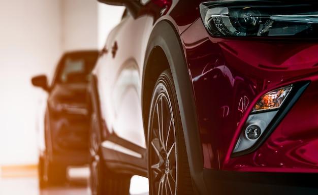 Nieuwe luxe suv-auto geparkeerd in showroom te koop Premium Foto