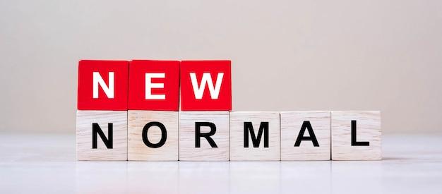 Nieuwe normale kubusblokken op lijstachtergrond Premium Foto