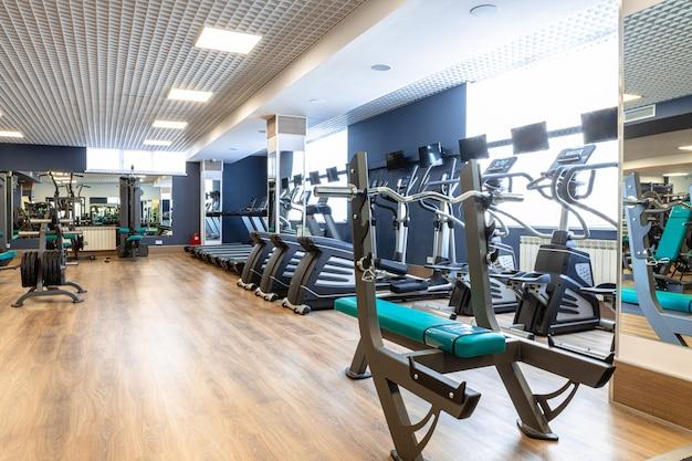 Nieuwe sportuitrusting in een sportschool, niemand Premium Foto