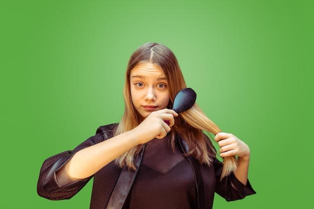 Nieuwe stijl. tiener meisje droomt beroep van visagist. jeugd, planning, onderwijs en droomconcept. Gratis Foto