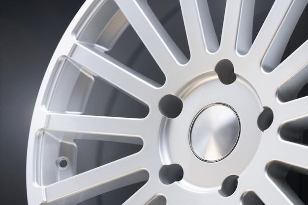 Nieuwe voertuigvelgen van aluminiumlegering, multispaaks zilveren wiel Premium Foto