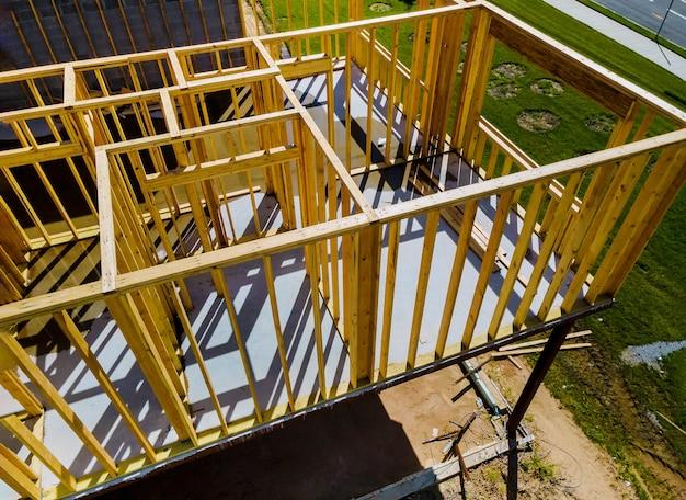 Nieuwe woningbouw framing van een huis in aanbouw Premium Foto