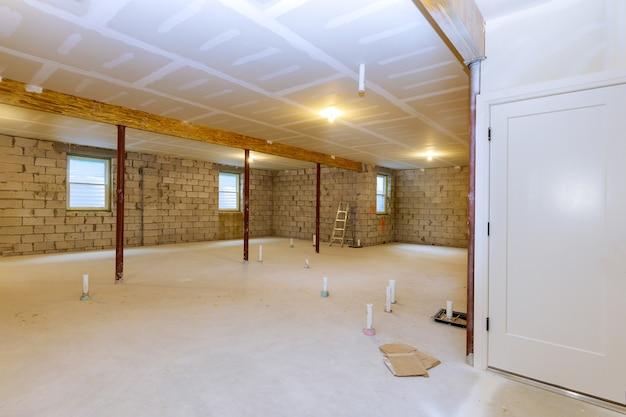 Nieuwe woonhuis in aanbouw met onafgewerkte souterrain uitzicht Premium Foto