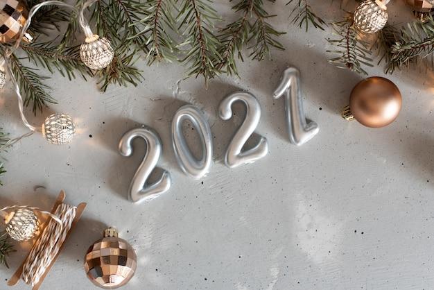 Nieuwjaar 2021 zilveren ballonnen met vuurwerk Premium Foto