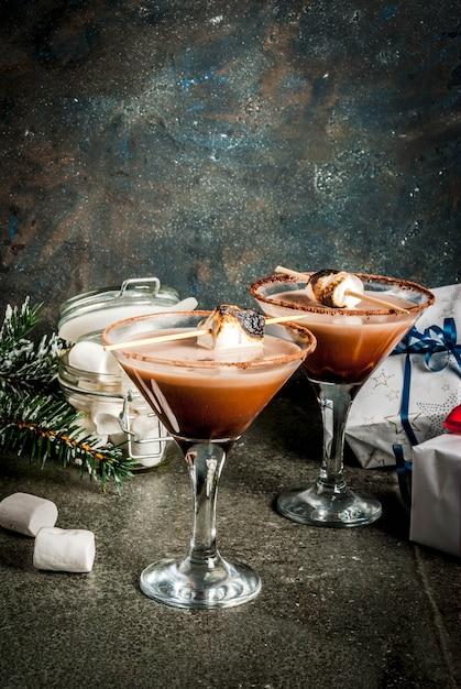 Nieuwjaar en kerstdrankjes idee, geroosterde smores martini Premium Foto