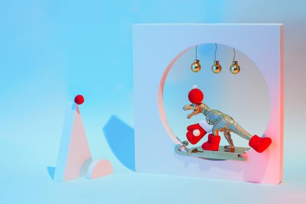 Nieuwjaar en kerstmis concept met een dinosaurus op een slee met geometrische vormen, in een neonlicht. Premium Foto