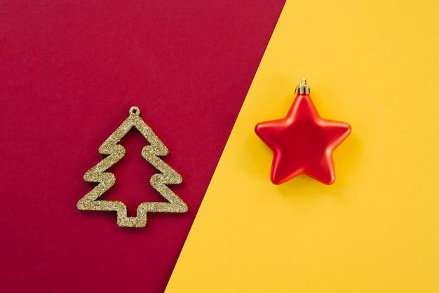 Nieuwjaar en kerstmis minimaal concept met copyspace. wenskaart lay-out sjabloon tekstontwerp. modetrend en design. kerstmisspeelgoed op een gekleurde achtergrond Premium Foto