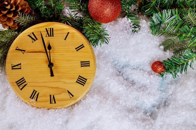 Nieuwjaar happy holidays achtergrond met fir tree met aftellen van de sneeuw tot middernacht klok Premium Foto