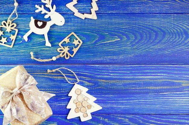 Nieuwjaar, kerstdecoratie op houten tafel met copyspace. geschenkdoos en decoratie voor groet. Premium Foto