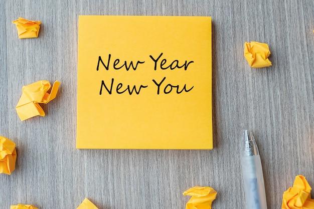Nieuwjaar nieuw jij op gele noot Premium Foto