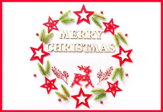 Nieuwjaar wenskaart op wit papier met een inscriptie merry christmas Premium Foto