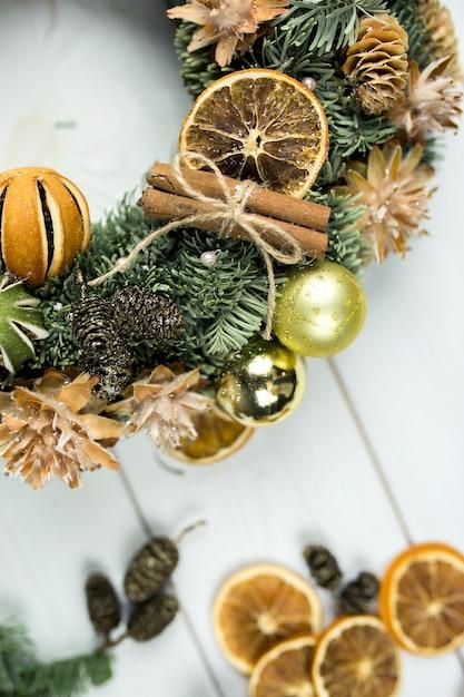 Nieuwjaar winter houten oppervlak met kerstversiering Premium Foto
