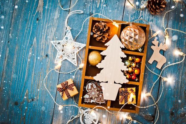 Nieuwjaardecoraties rond de lege ruimte van de kerstmisbrief voor slingers van tekst de brandende lichten Premium Foto