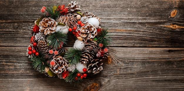 Nieuwjaars krans van sparren en kerstcadeaus decoraties Premium Foto