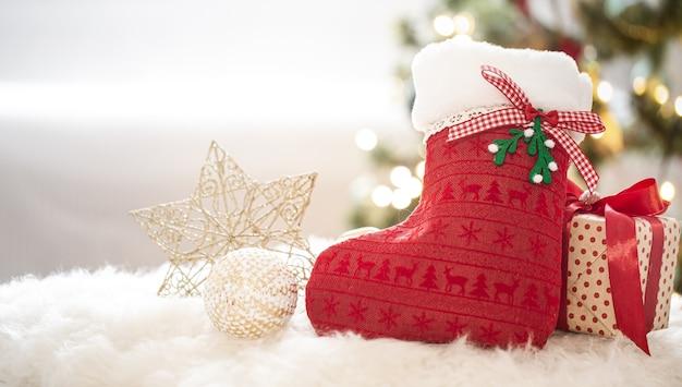 Nieuwjaars vakantie achtergrond met een decoratieve sok in een gezellige huiselijke sfeer close-up. Gratis Foto