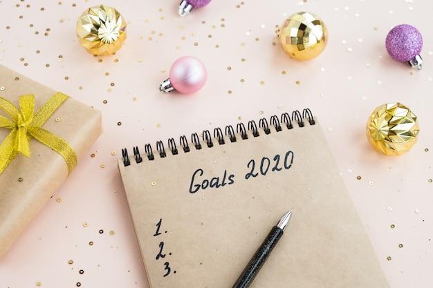 Nieuwjaarsdoelen 2020. notitieboekje met aantekeningen van plannen op een tafel Premium Foto