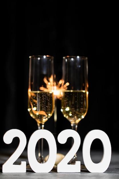 Nieuwjaarsfeest 's nachts met champagne Gratis Foto