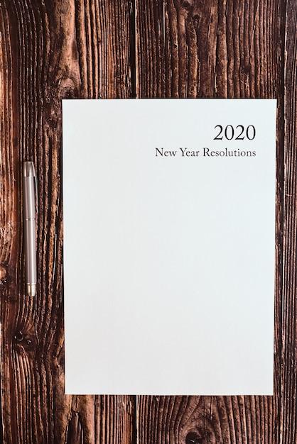 Nieuwjaarsresoluties voor 2020 geschreven op een blanco vel. Premium Foto