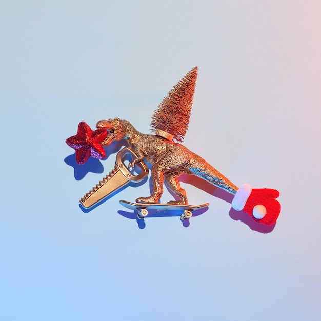 Nieuwjaarsverhaal over hoe een gouden dinosaurus een kerstboom stal met een zaag en een ster op een skateboard, een kerstconcept. Premium Foto