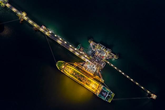 Night shot olietanker verzendkosten laden in olie station import en export logistiek transport bedrijf bovenaanzicht Premium Foto