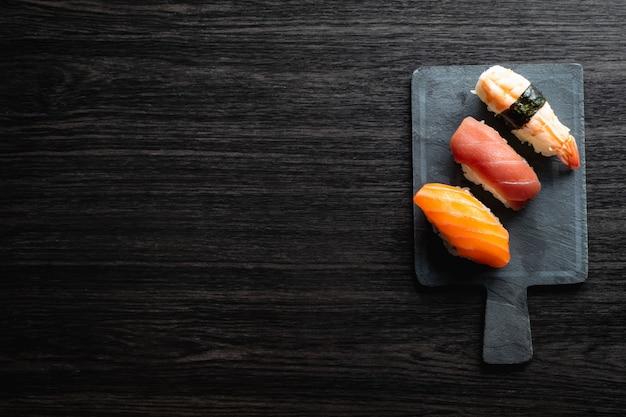 Nigirisushi op houten lijst in een japans restaurant. copyspace en bovenaanzicht Premium Foto