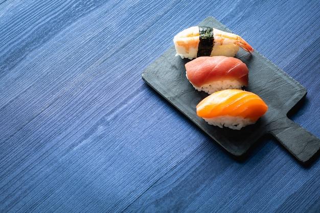 Nigirisushi op houten lijst in een japans restaurant. kopieer ruimte en bovenaanzicht Premium Foto