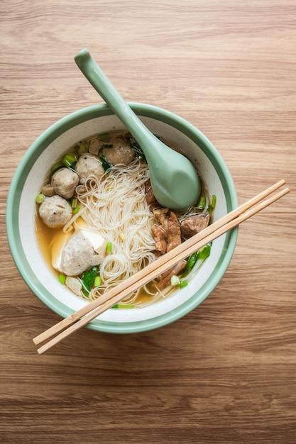 Noedel en soep met gehaktbal varkensvlees en tofu aziatisch eten in restaurant Premium Foto