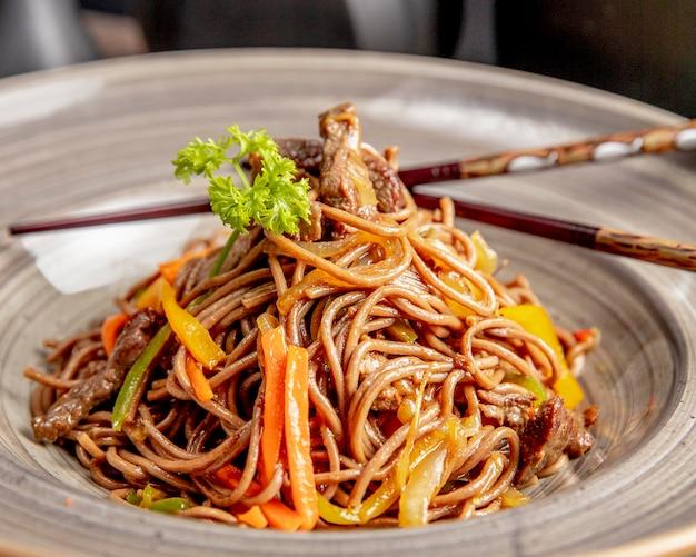 Noedels bereid met paprika en saus van vlees Gratis Foto
