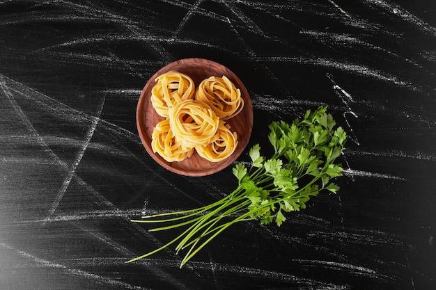 Noedels geserveerd met een bosje verse peterselie. Gratis Foto