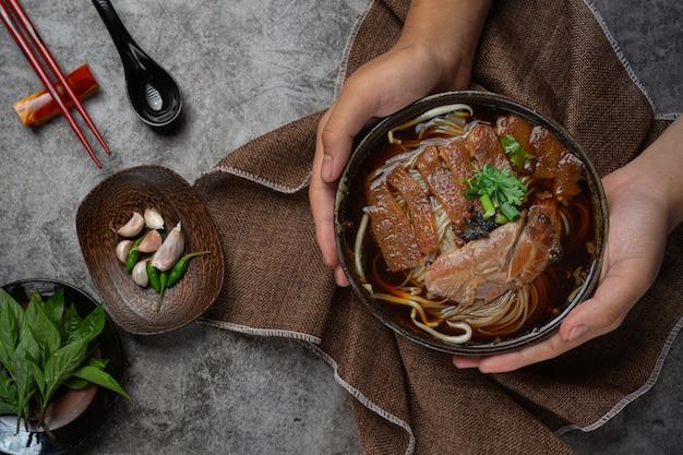 Noedels in chinese gestoofde varkensstoofpot mooie bijgerechten, thais eten. Gratis Foto