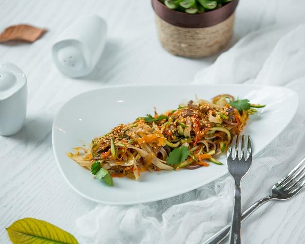 Noedels met groenten in de plaat Gratis Foto