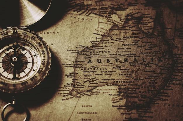 Nonthaburi, thailand - 18 juli 2018: antieke kompas op oude kaart van australië. Premium Foto