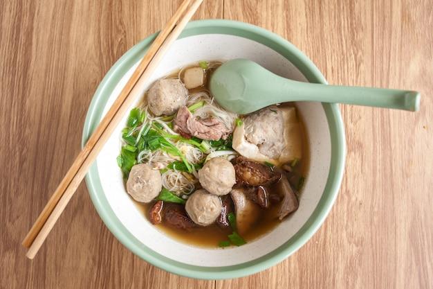 Noodle vlees bal en varkensvlees tofu op soep, thaise noedels in de kom Premium Foto