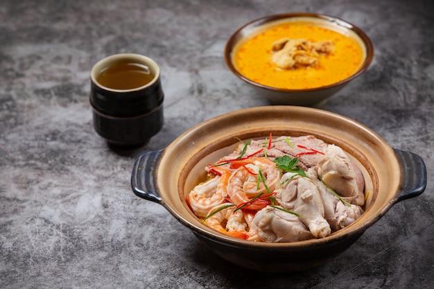 Noord-thais eten (khao soi ruam), pittige noedelsoep versierd met ingrediënten. Gratis Foto