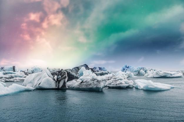 Noordelijke lichtenaurora borealis over jokulsarlon-gletsjerijslagune in ijsland Premium Foto