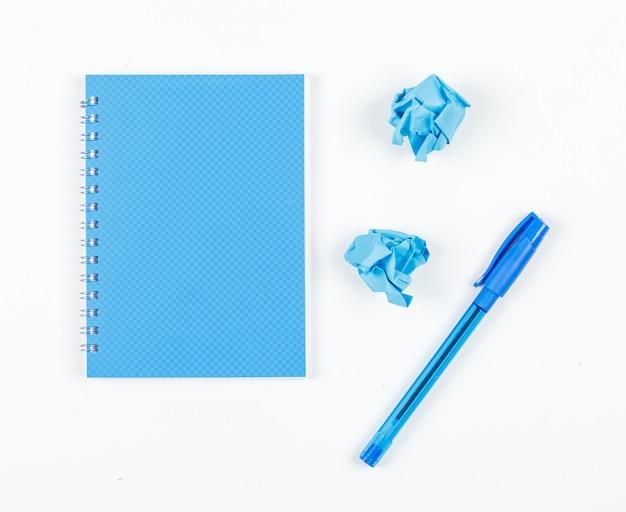 Nota die concept met verpletterd document, pen, notitieboekje op witte hoogste mening nemen als achtergrond. horizontaal beeld Gratis Foto