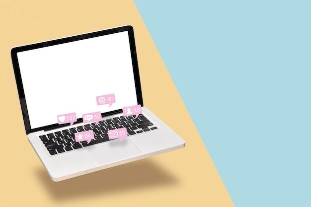 Notebook computer laptop met leeg wit scherm met kennisgeving iconen van sociale media Premium Foto