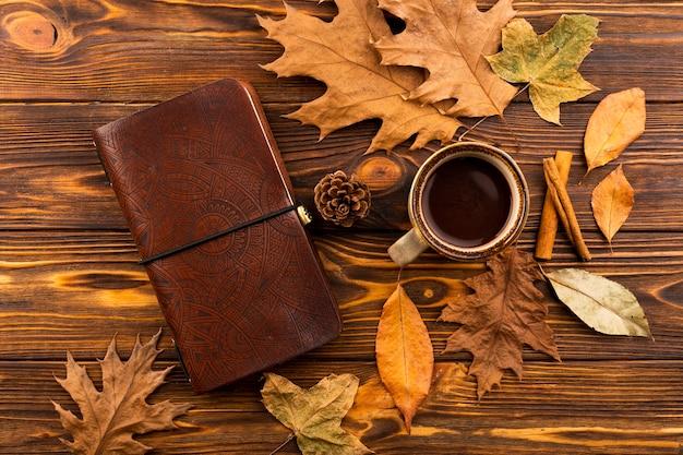 Notebook en koffie herfst samenstelling Gratis Foto