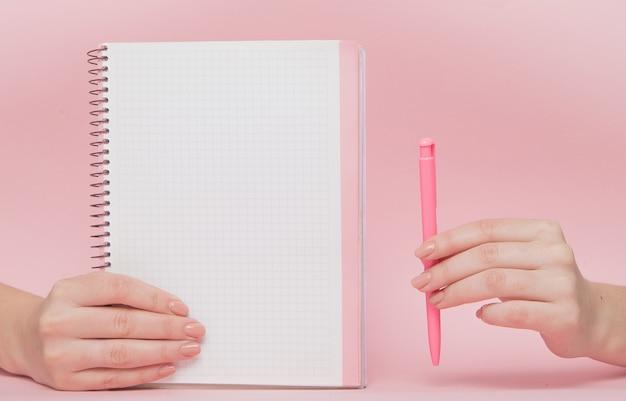 Notebook en pen in de hand met kopie ruimte. bedrijfsconcept en instagram Premium Foto