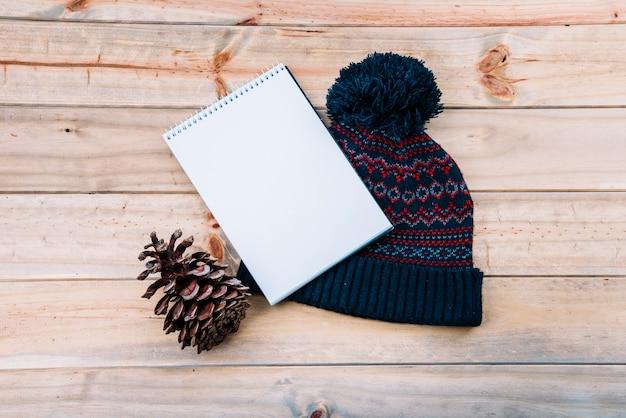 Notebook in de buurt van bobble hoed Gratis Foto