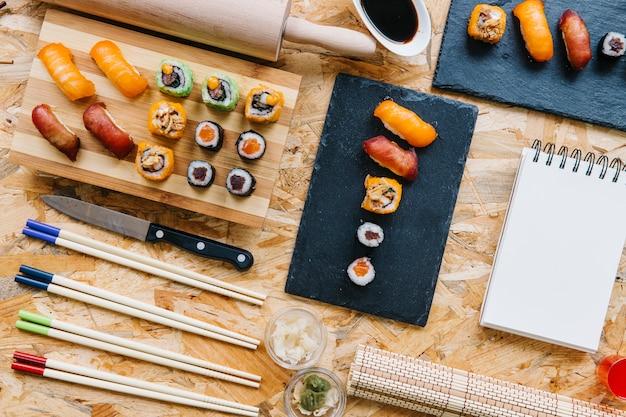 Notebook in de buurt van sushi set Gratis Foto