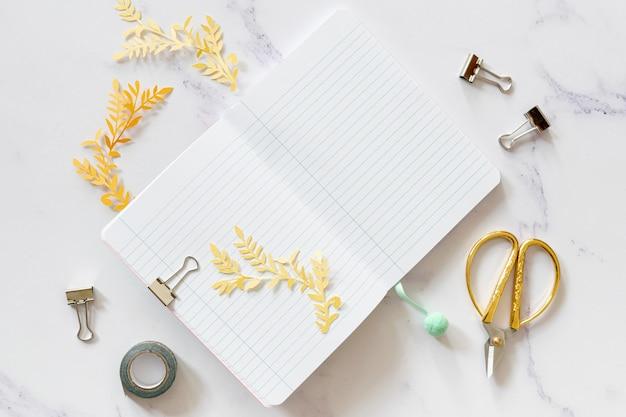 Notebook mock-up met schaar bovenaanzicht Gratis Foto