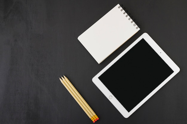 Notebook, tablet en potloden Gratis Foto