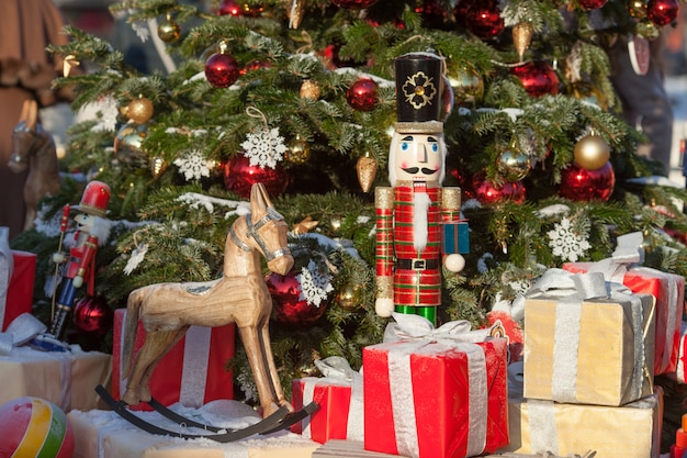 Notekraker en houten paard bij kerstmismarkt in de winter moskou, rusland Premium Foto