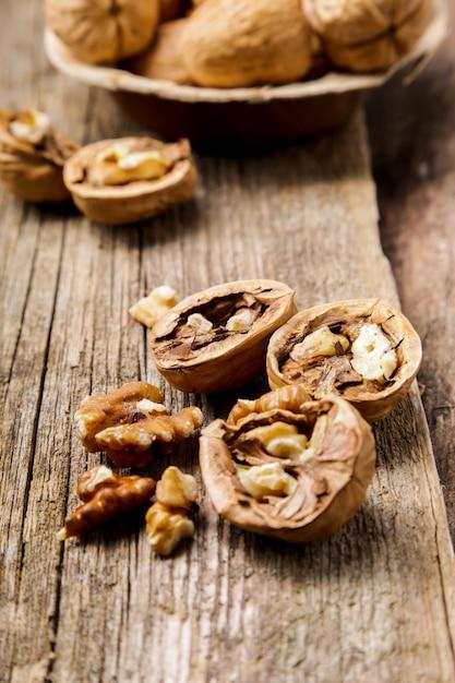 Noten. walnoten op een donkere houten achtergrond Gratis Foto