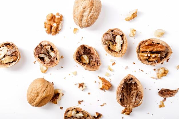Noten. walnoten op een witte achtergrond Gratis Foto