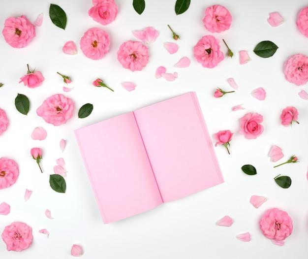 Notitieblok openen met roze lege pagina's Premium Foto
